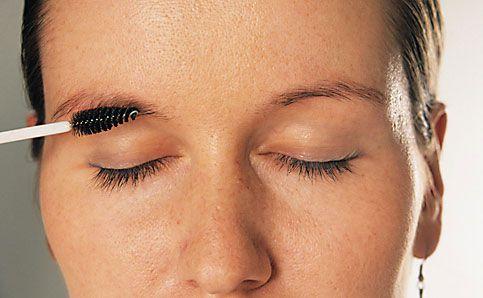 Augenbrauen schminken betonen anleitung 3