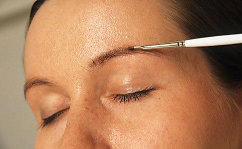 Augenbrauen schminken betonen anleitung 5