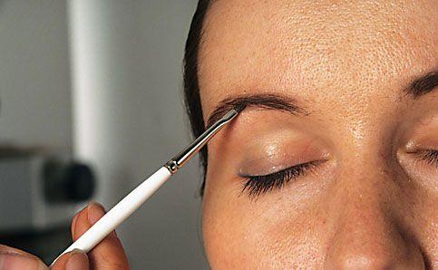 Augenbrauen schminken betonen anleitung 6