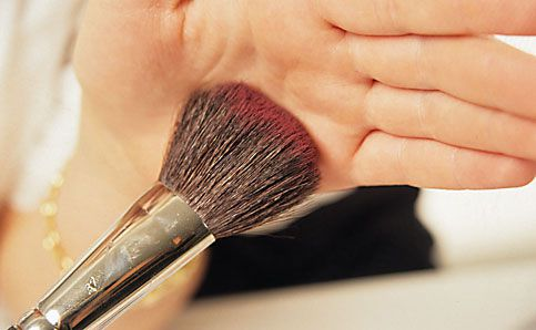 Rouge richtig auftragen schminken anleitung 10